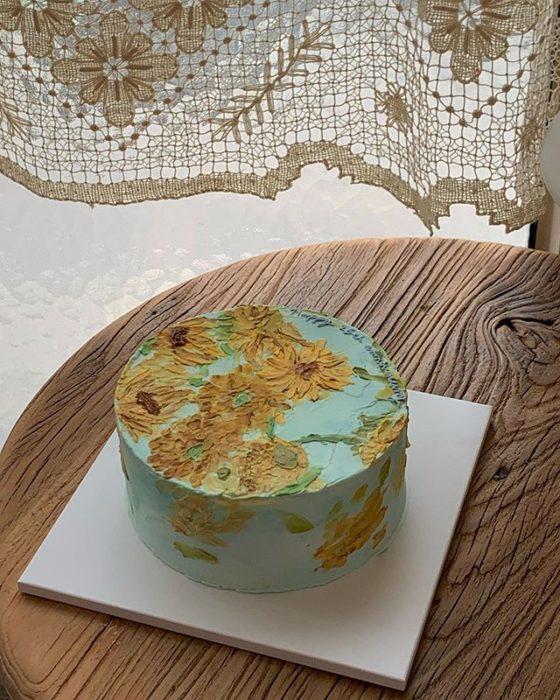 Pastel de la repostera Koike, con fondo color menta y girasoles