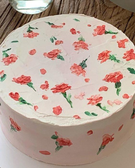 Pastel de la repostera Koike, en fondo blanco y rosas por todos lados
