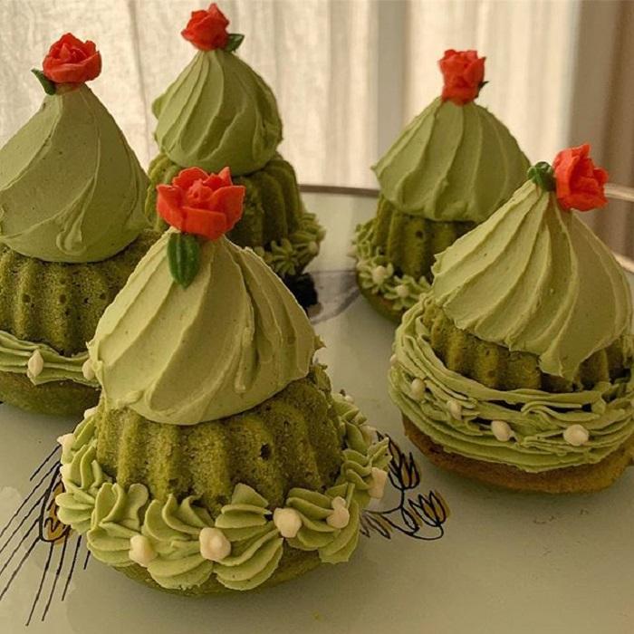 Cupcakes de la repostera Koike, de matcha con betún y una flor roja
