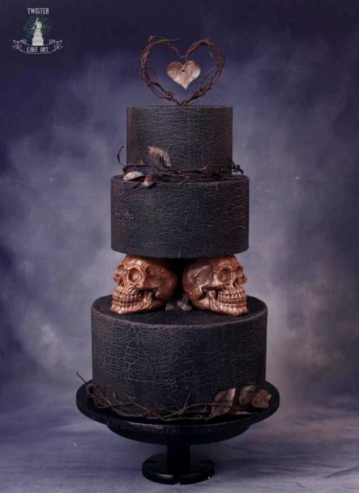 Pasteles de boda creativos y bonitos; negro con cráneos dorados de Halloween