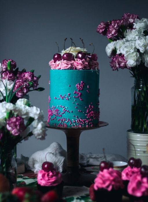 Pasteles de boda creativos y bonitos; azul con rosa y cerezas