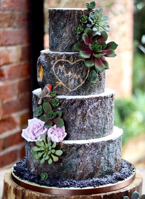 Pasteles de boda creativos y bonitos; árbol con nombres tallados
