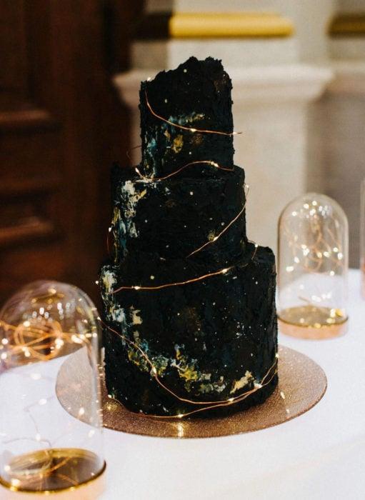 Pasteles de boda creativos y bonitos; cielo oscuro y estrellas, universo