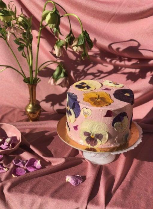Pasteles de boda creativos y bonitos; flores de verdad