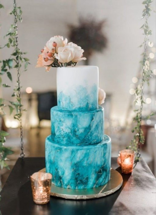 Pasteles de boda creativos y bonitos; mosaico azul y blanco