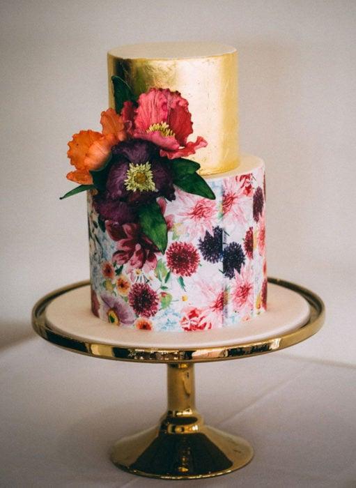 Pasteles de boda creativos y bonitos; con flores reales