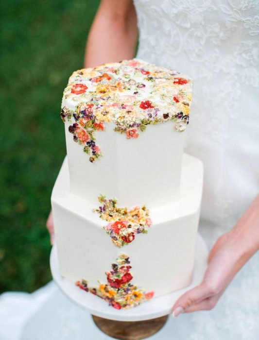 Pastel de bodas con diseños de hexágonos