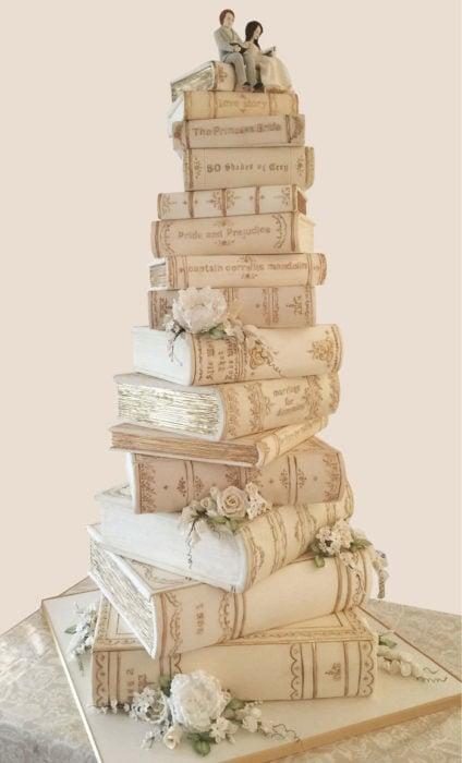 Pastel de boda con diseños de libros