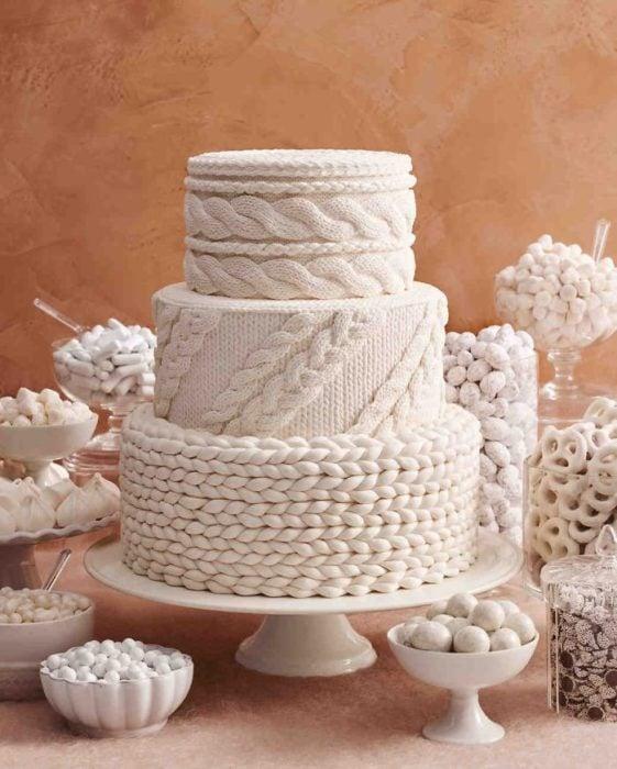 Pastel de bodas con diseño tejido