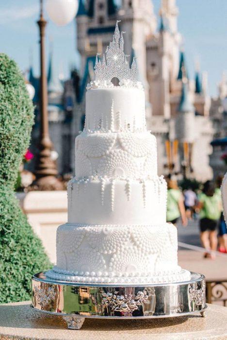 Pastel de boda de cuatro pisos