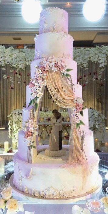 Pastel de bodas simulando una cortina abierta