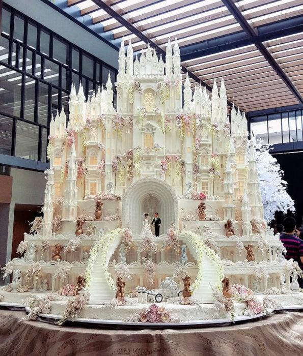 Pastel de boda en forma de castillo