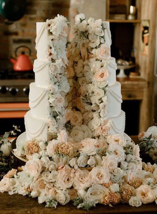 Pastel de bodas en color azul cielo con relleno de flores