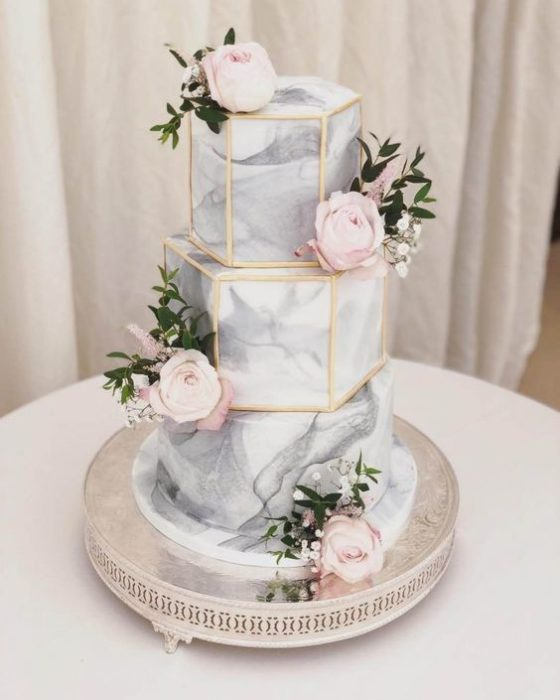 Pastel de bodas en forma de hexágonos con efecto marmol