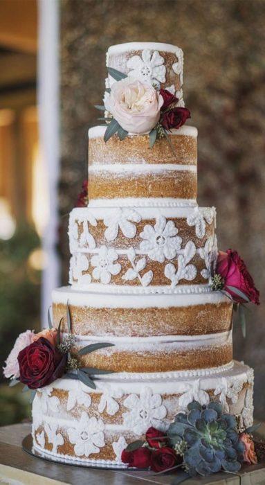 Pastel de bodas en efecto nude con encaje en betún