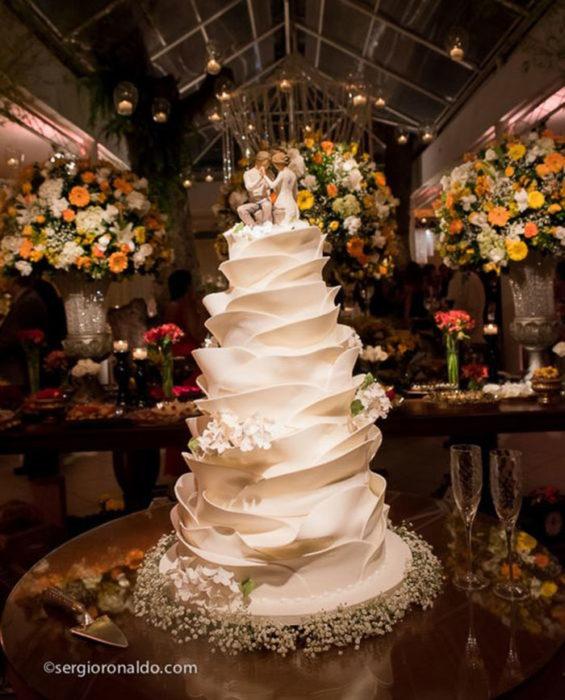 Pastel de bodas simulando pétalos de flores
