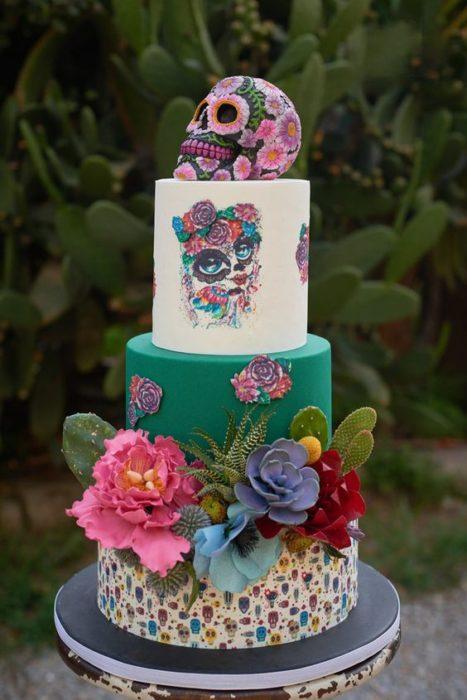 Pastel inspirado en el Día de muertos decorado en colores verde y blanco