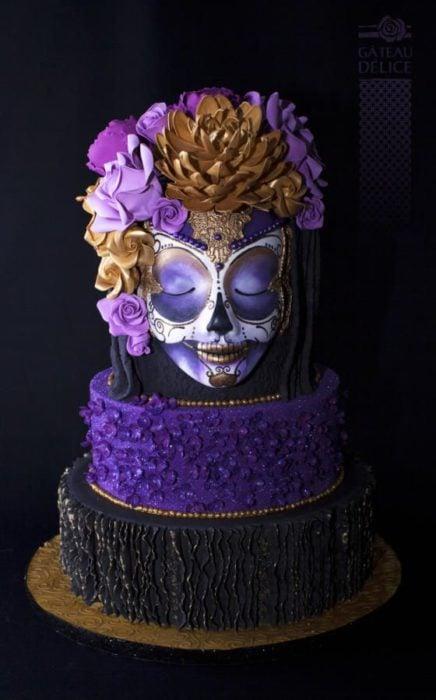 Pastel inspirado en el Día de muertos en colores morados