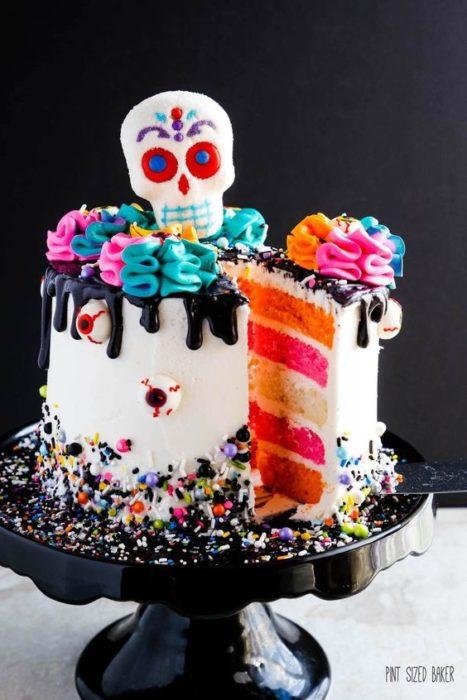Pastel inspirado en el Día de muertos en color blanco con relleno de colores