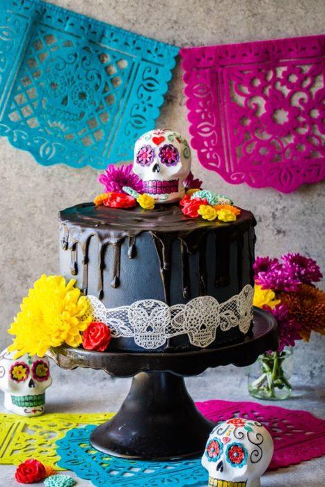 Pastel inspirado en el Día de muertos en color negro con betún de chocolate amargo