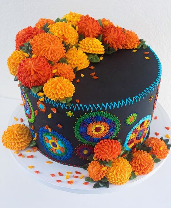 Pastel inspirado en el Día de muertos decorado con flores de cempasuchil