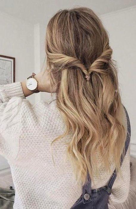 Chica peinada con twist simple y pelo suelto