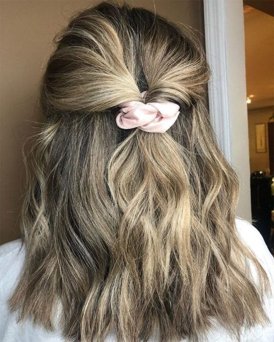 Chica peinada con twist simple decorado con scrunchie color rosa bebé