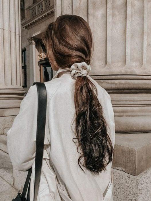 Chica peinada con coleta baja con scrunchie