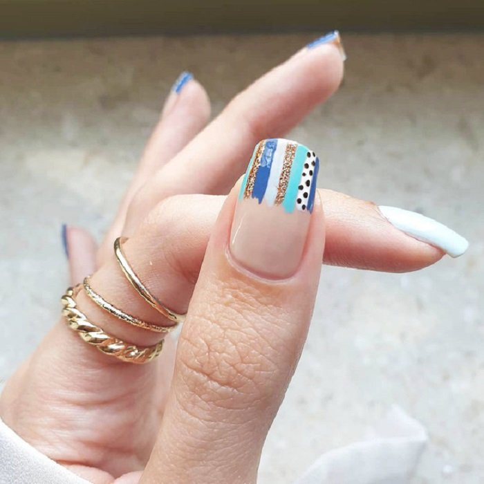 Serpentine nail art in blue and white tones