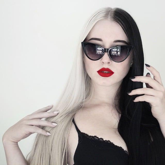 Chica con el cabello teñido de color rubio con negro