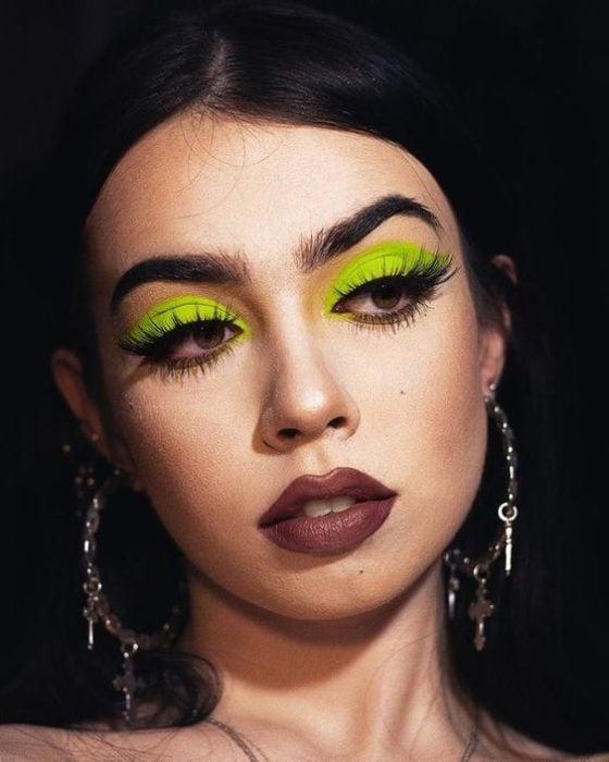 Chica con sombra neón verde y labial café