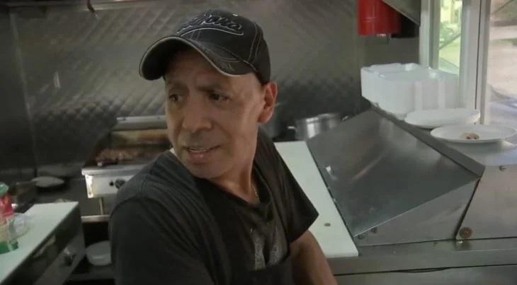 Señor Eleazar Aviles preparando comida