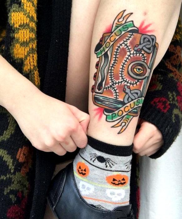 Tatuajes de la película de brujas Hocus Pocus; tatuaje de libro de hechizos en la pierna