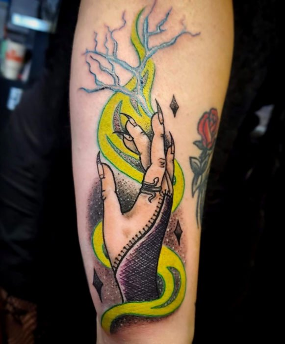 Tatuajes de la película de brujas Hocus Pocus; tatuaje de mano de bruja en la pierna