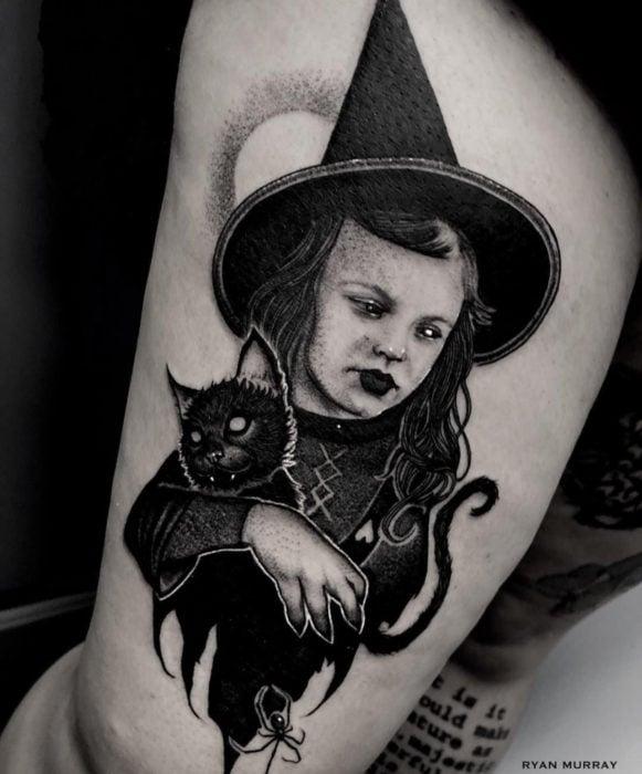 Tatuajes de la película de brujas Hocus Pocus; tatuaje de bruja pequeña, Danni Dennison cargando gato negro