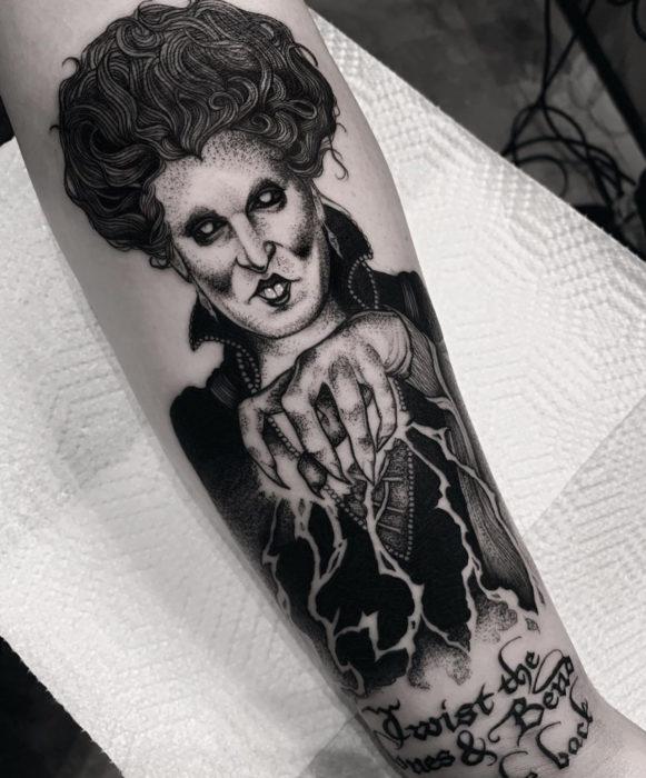 Tatuajes de la película de brujas Hocus Pocus; Winifred Sanders, tatuaje en el brazo de bruja oscura
