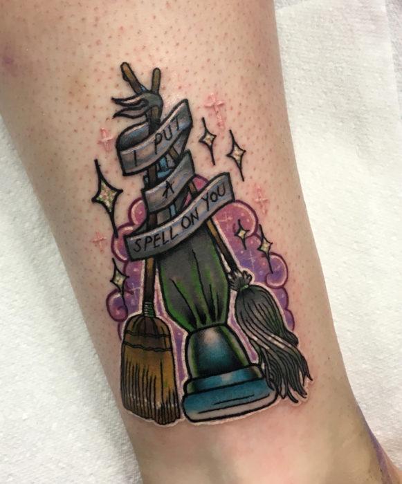 Tatuajes de la película de brujas Hocus Pocus; tatuaje de escobas y aspiradora voladora