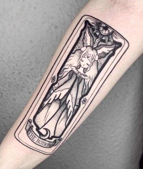 Tatuaje de Sakura Card Captor en el brazo, Carta Clow, The Nothing, La nada, líneas de contorno