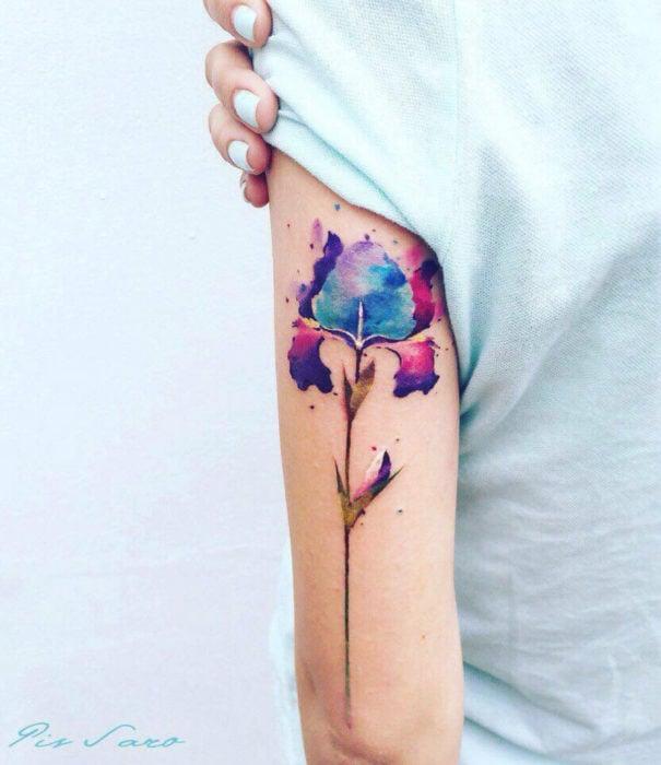 Diseños bonitos de tatuajes de acuarelas; tatuaje de flor en el brazo