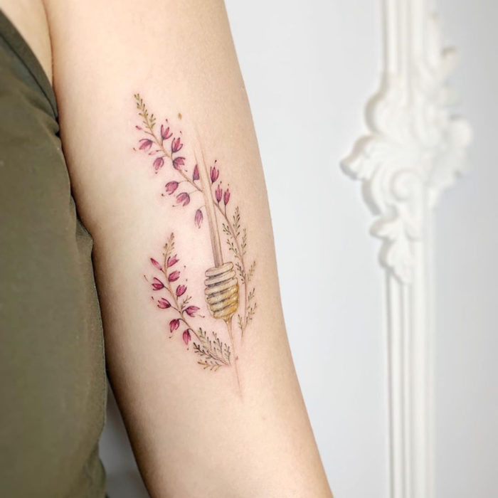 Mini tattoo, small of feminine flowers roses with honey on the arm