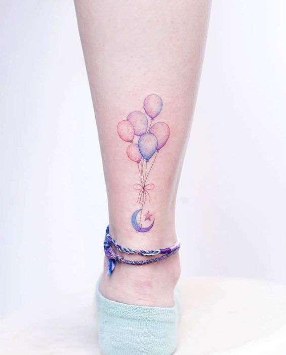 Tatuaje de Luna y globos de colores pastel en el tobillo