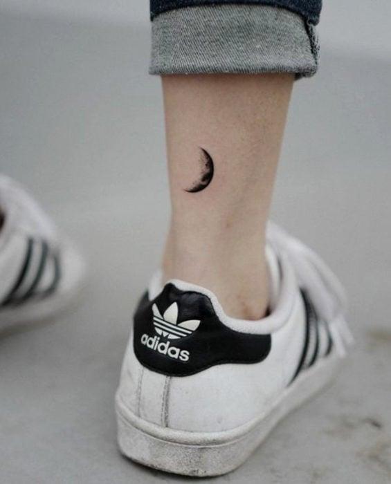 Tatuaje de luna en cuarto menguante en el tobillo
