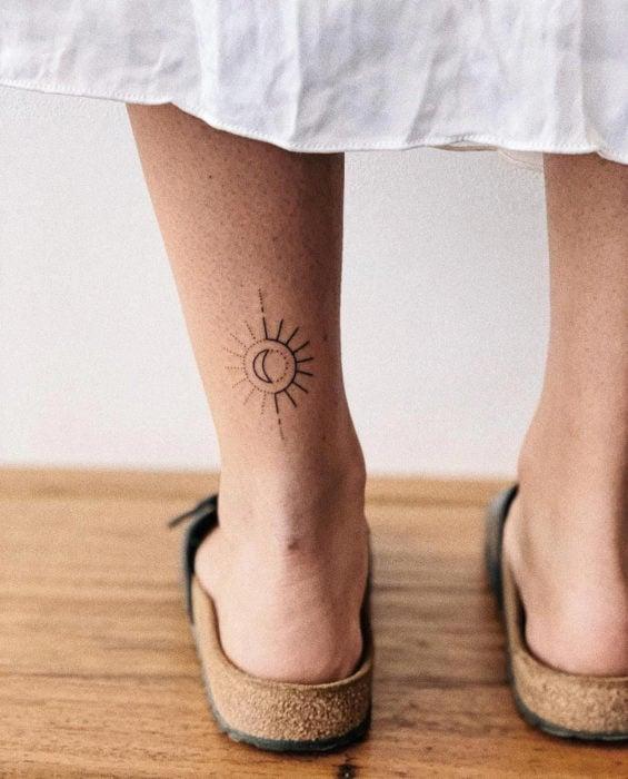 Tatuaje de sol en el tobillo