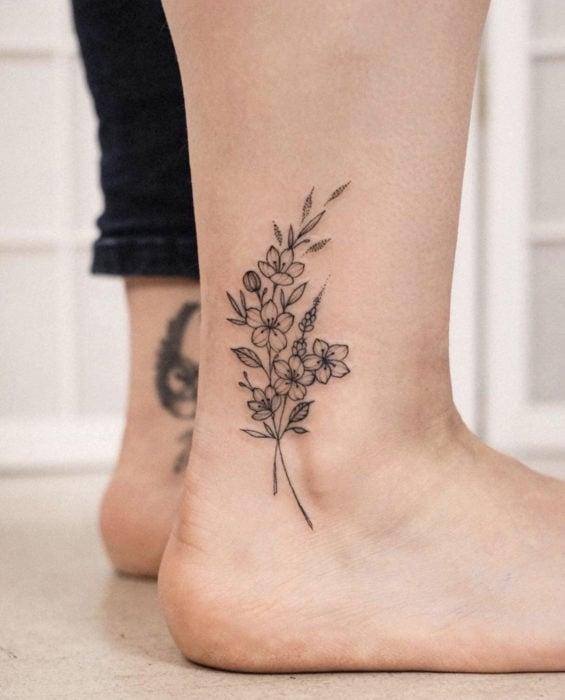 Tatuaje de flores en el tobillo