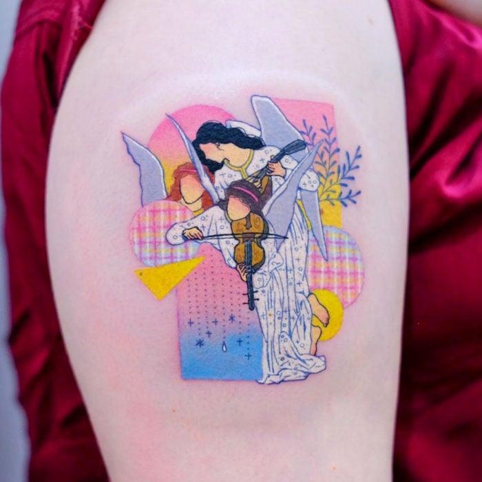 Tatuadora hace tatuajes bonitos, delicados y femeninos que brillan; tatuaje de pintura de William Adolphe, La canción de los ángeles color rosa pastel en el brazo