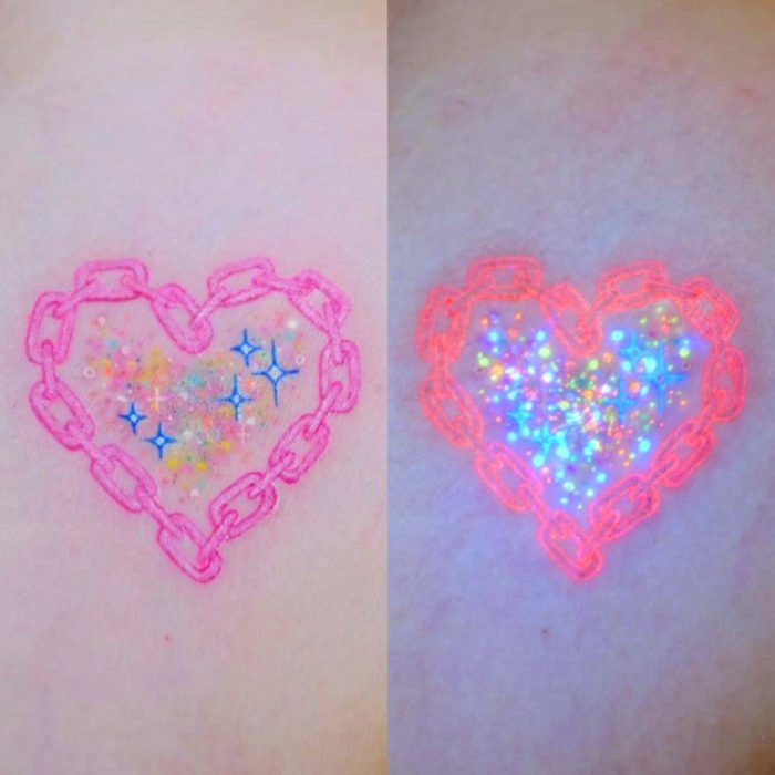 Tatuadora hace tatuajes bonitos, delicados y femeninos que brillan; tatuaje de cadena en forma de corazón con destellos de colores pastel