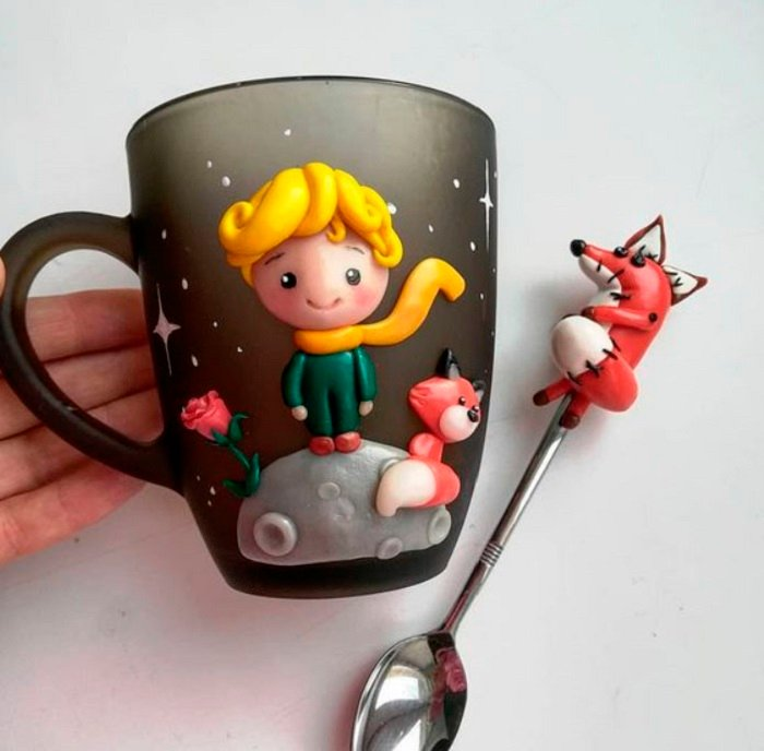 Taza inspirada en El Principito, con el Principito y el zorro en la taza y en la cuchara una figurilla del zorro