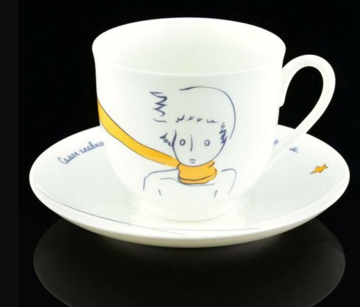 Taza inspirada en El Principito, donde aparece el torzo del Principito con su bufanda amarilla