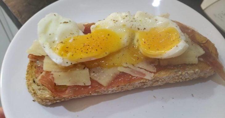 Tostadas de queso, jamón y huevo