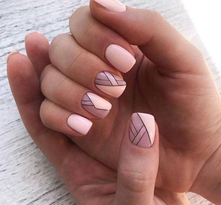Manicura con detalle geométrico en color rosa bebé y gris